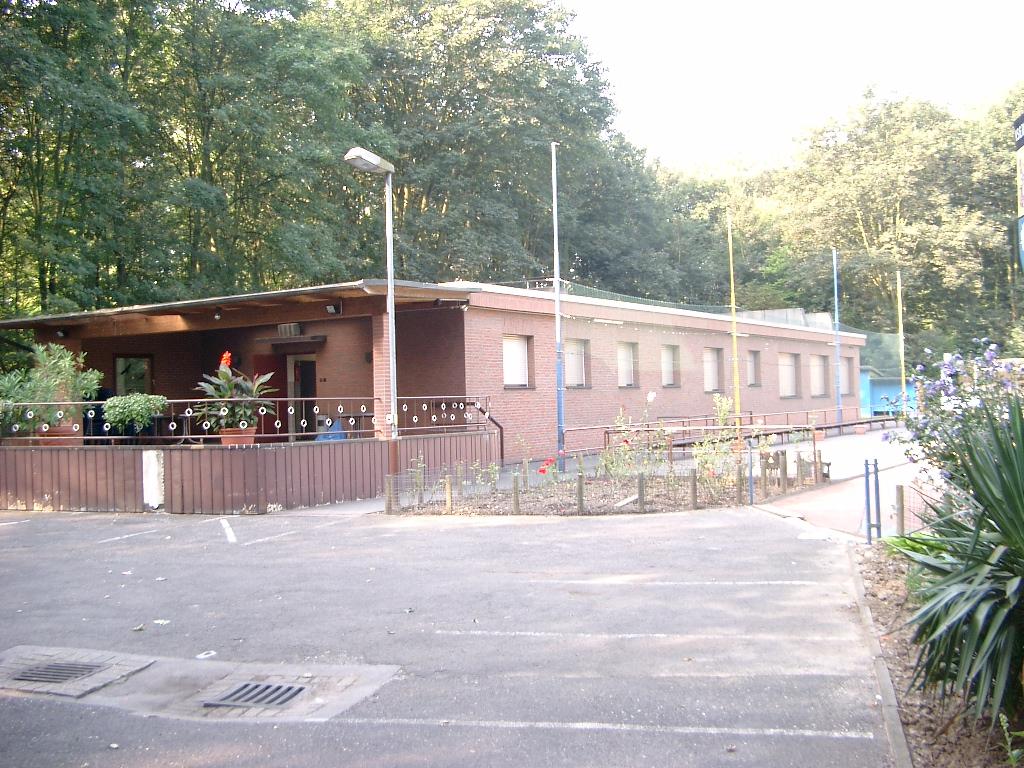 Das Klubhaus mit Büro, Umkleiden und Saal